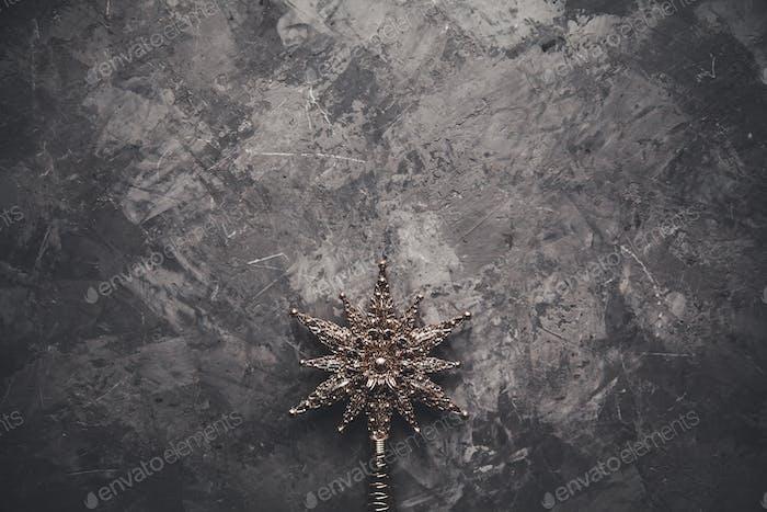 Weihnachtssterne auf grauem Hintergrund, ausgewählter Fokus