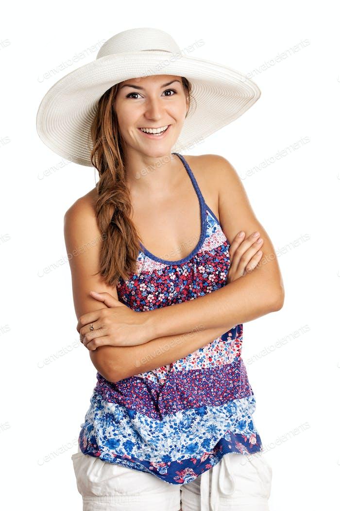 Hübsches Mädchen in Sommerkleidung und trägt einen Hut