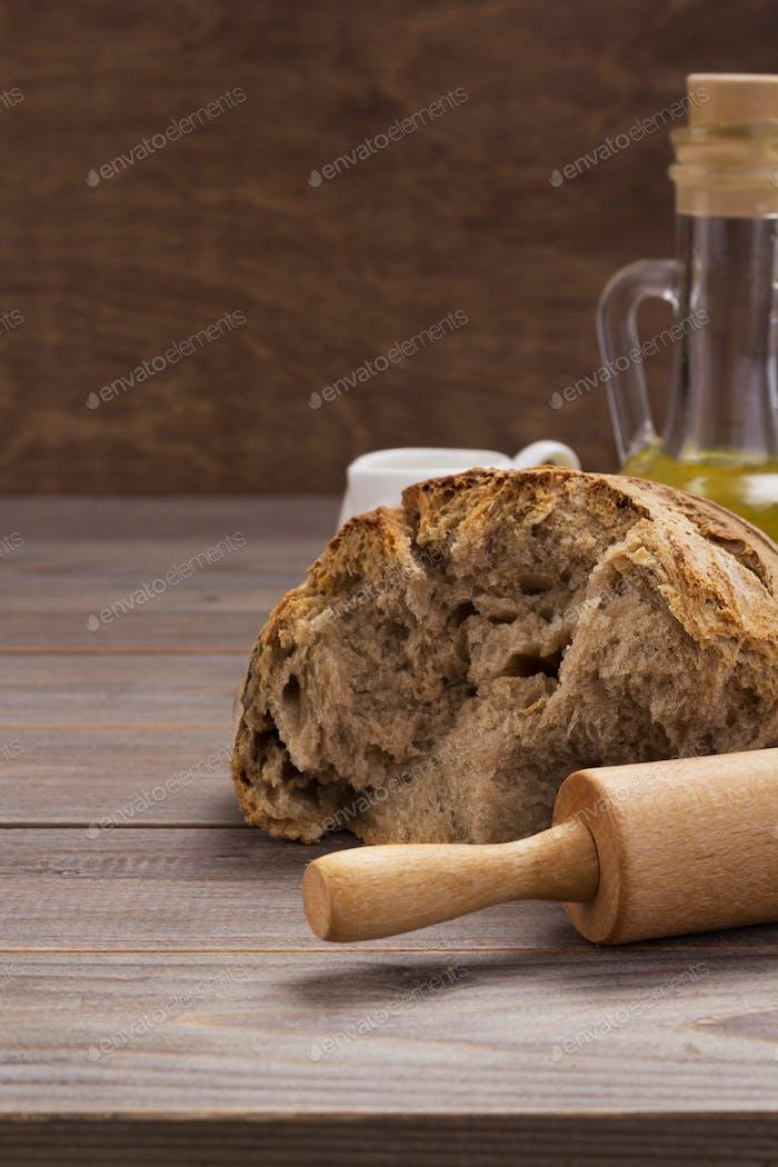 Brot auf Holztischhintergrund