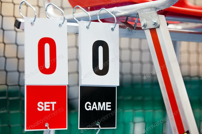 Стул арбитр с табло на теннисном корте перед игрой.