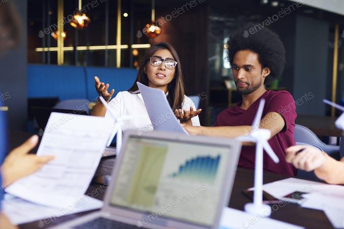 Junges Geschäftspaar tun Analyse