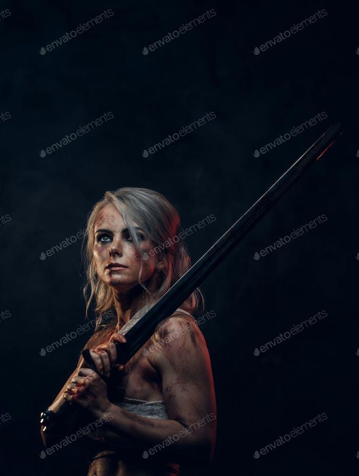Nackte Fantasy-Frau Krieger trägt Lappen Tuch mit Blut und Schlamm befleckt