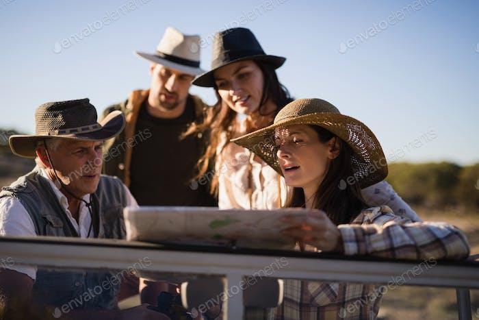 Freunde, die die Karte im Fahrzeug betrachten