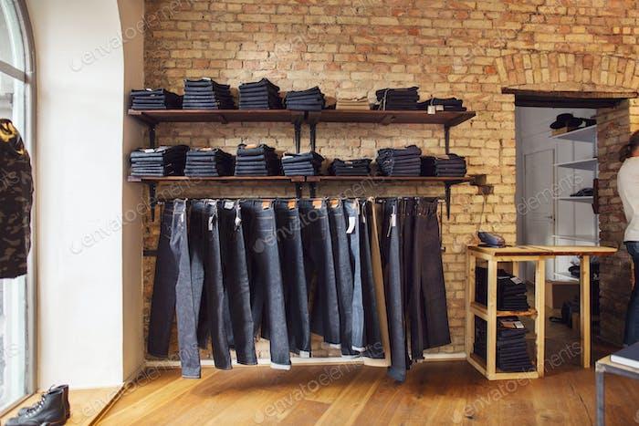 Jeans hängen im Laden