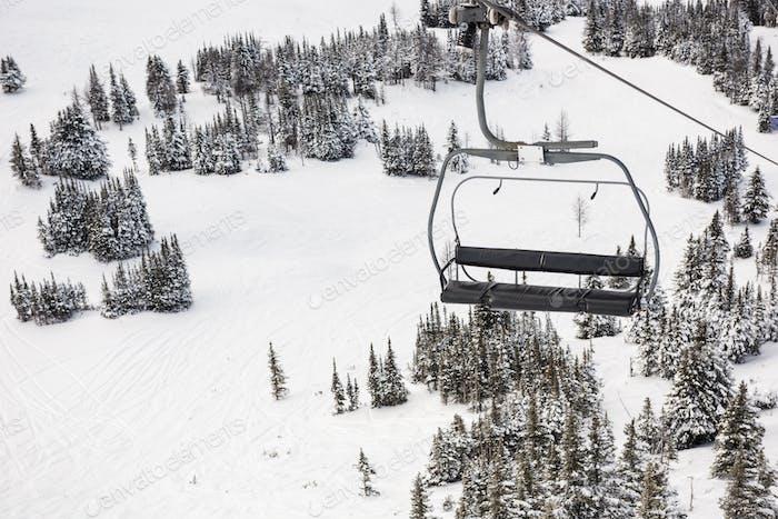 Leerer Skilift im Skigebiet