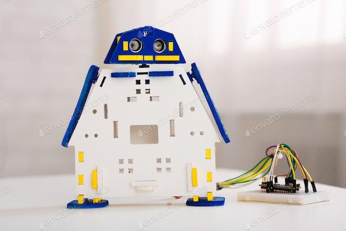 MINT-Ausbildung. Handgefertigter Roboter aus Metall von Kindern