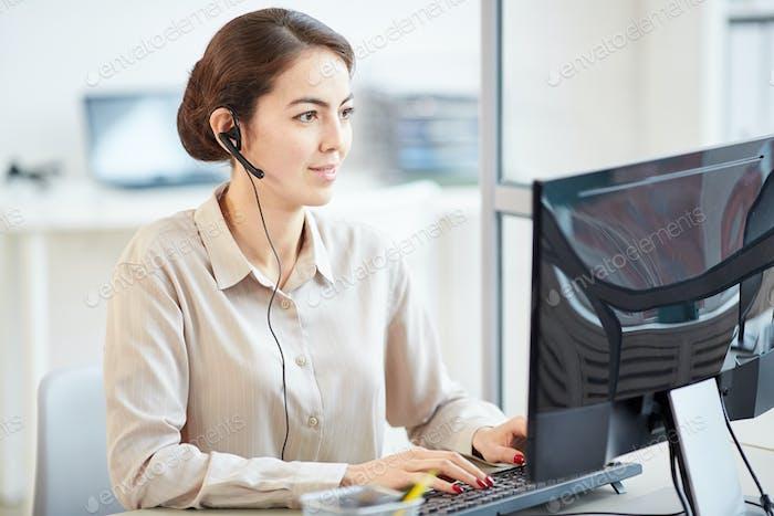 Weibliche Sekretärin trägt Headset im Büro