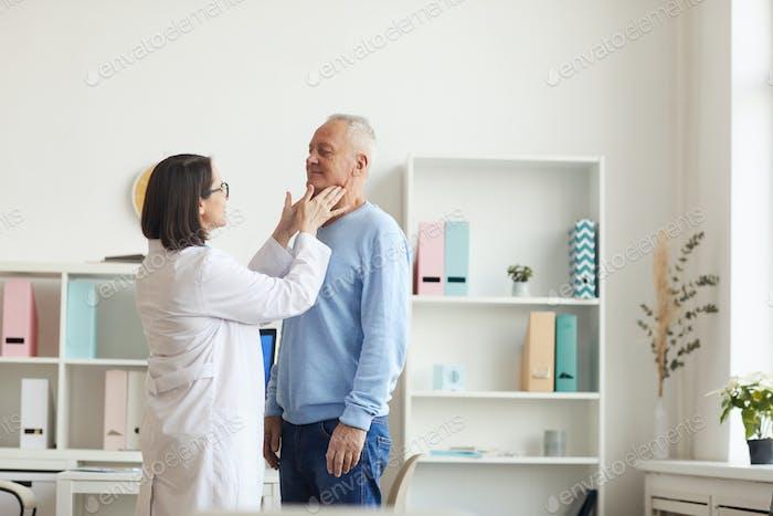 Ärztin Prüfung Senior Mann während der Konsultation