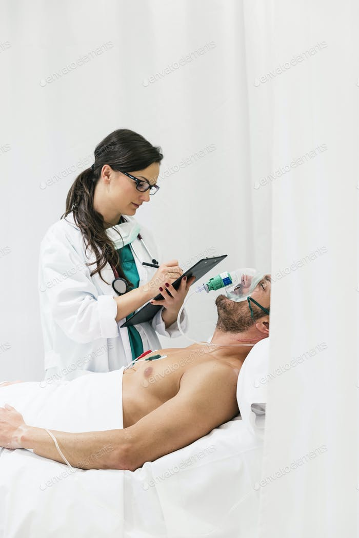 Arzt kümmert sich um eine kranke Person
