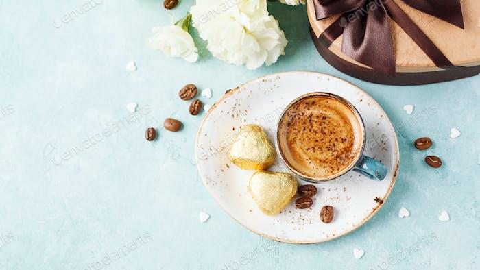 Tasse Kaffee mit Schaum und Schokolade. Valentinstag Frühstück