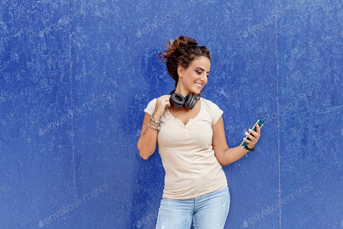 Place it - Young women with headphones and smartphone