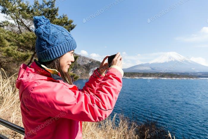 Женщина сфотографируется на Fujisan