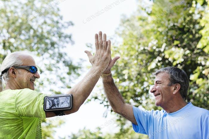 Senior Erwachsene geben eine hohe fünf