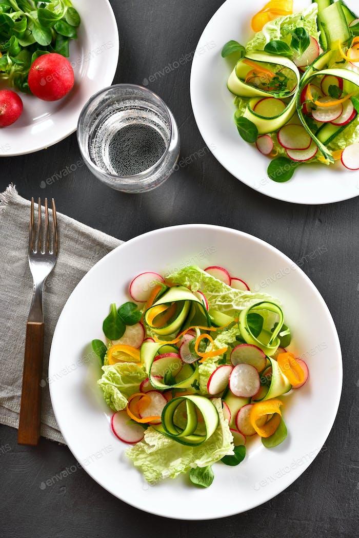 Gemüsesalat aus Zucchini, Rettich, Grüns
