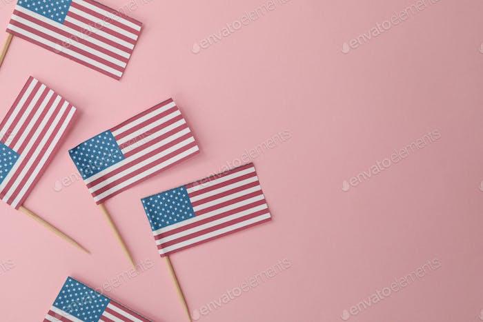 Banderas americanas sobre fondo rosa, espacio para texto