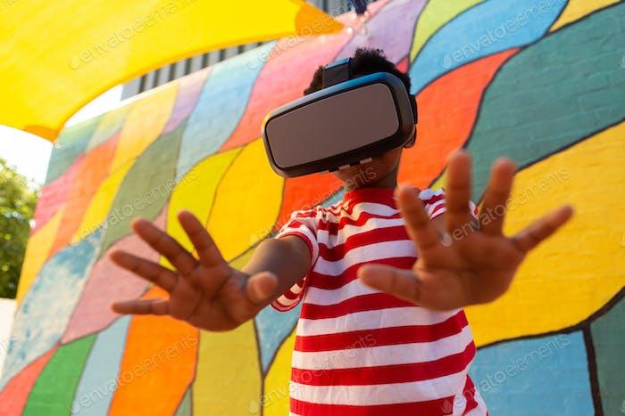 Schuljunge mit Virtual Reality Headset in der Schule Spielplatz