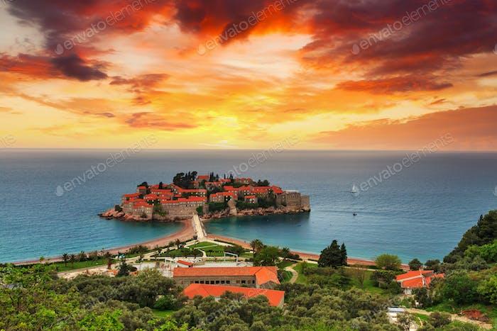 Sveti Stefan Insel in Budva an einem schönen Sommertag, Montenegro
