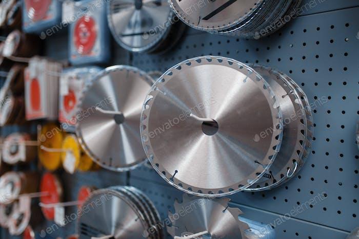 Kantenscheiben für Sägen in Werkzeugladen Nahaufnahme, niemand