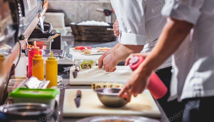 männliche Köche Vorbereitung Sushi