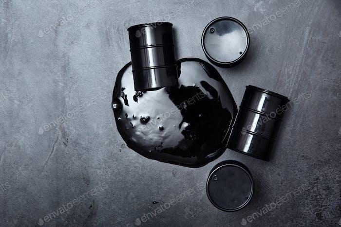 Behälter mit Öl verschüttet auf Industriestandort