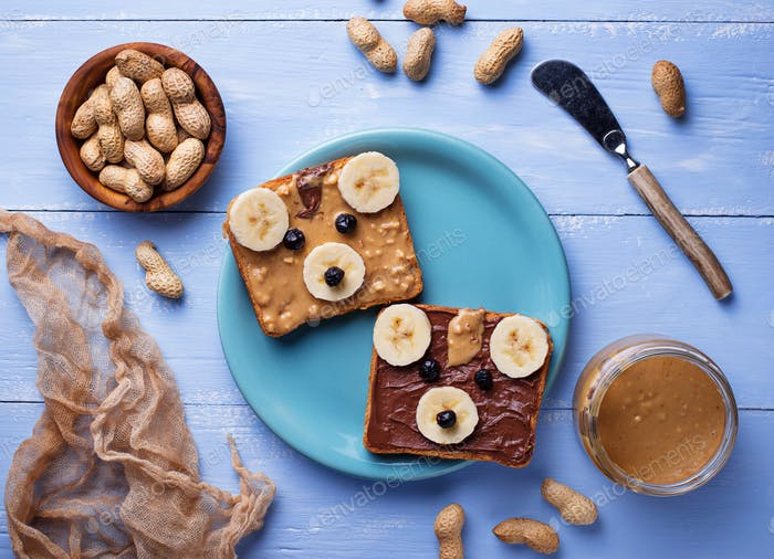 Bear sandwiches with peanut butter