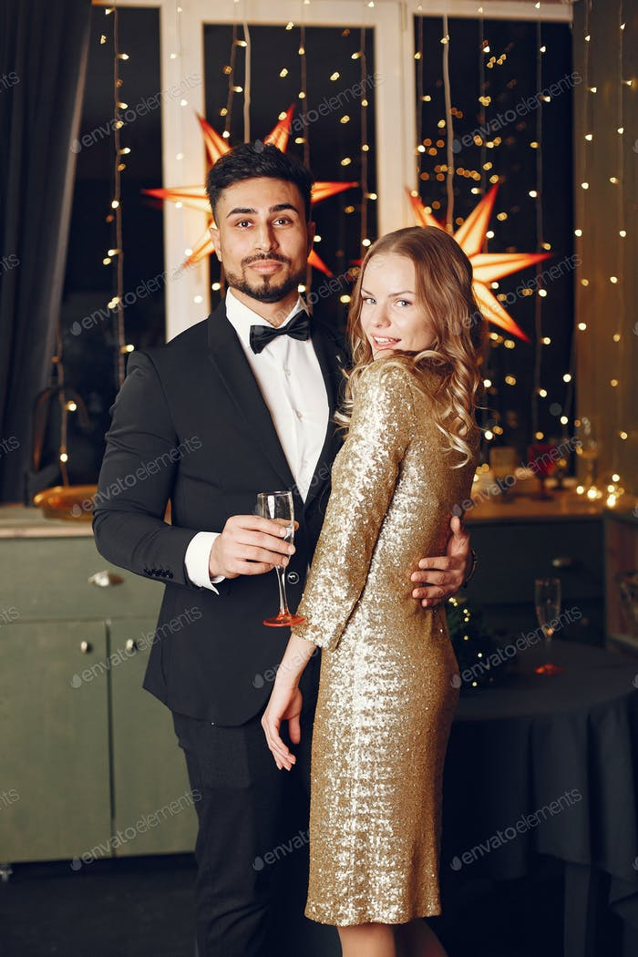 Multi Rassenpaar feiern Neujahr