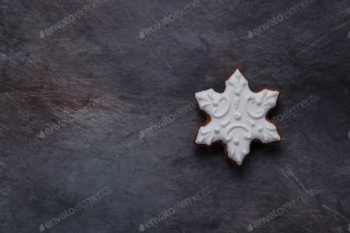 Lebkuchenkekse Schneeflocke auf dunklem Hintergrund, Copyspace