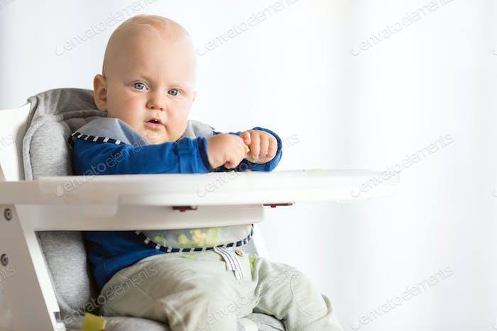 Baby Junge essen mit BLW Methode, Baby führte Entwöhnung