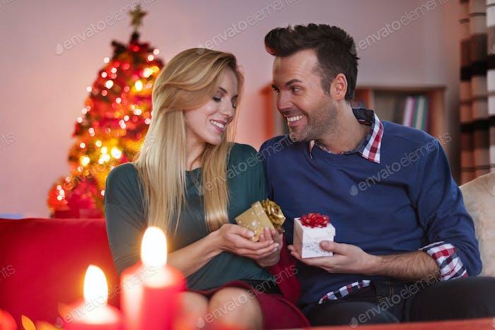 Weihnachten Austausch Geschenke des liebevollen Paares