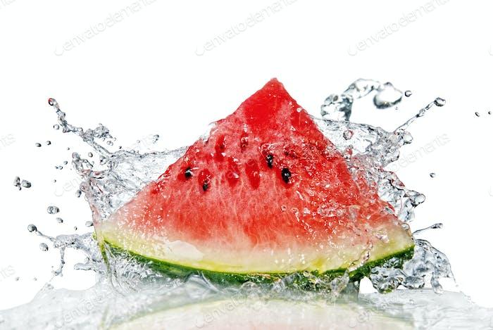 Wassermelone und Wasser spritzen isoliert auf weiß