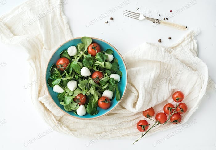 Spring salad with lamb's lettuce, mozzarella and cherry-tomatoes