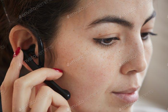 Weiblicher Bediener mit Headset
