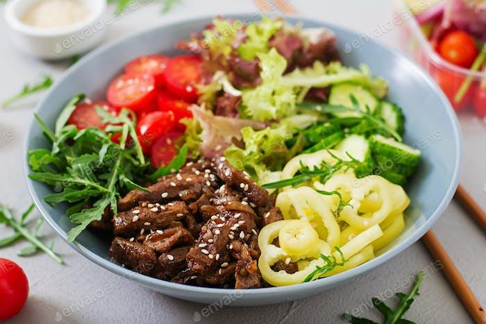 Salat mit Rindfleisch Teriyaki und frischem Gemüse