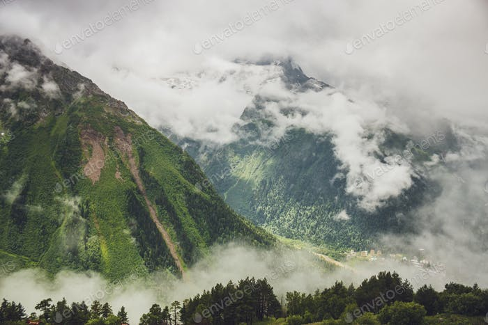 montañas enestado verde hierba y el cielo tormentoso