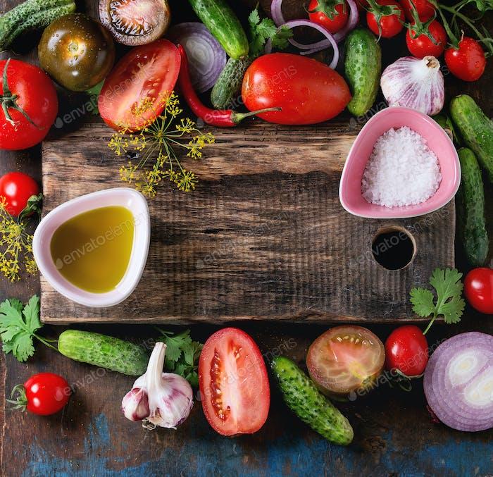 Hintergrund mit Tomaten und Gurken