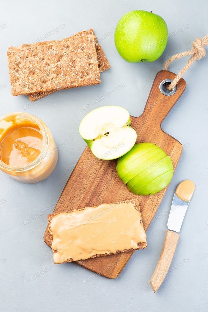 Sandwich with cracker, green apple and peanut butter