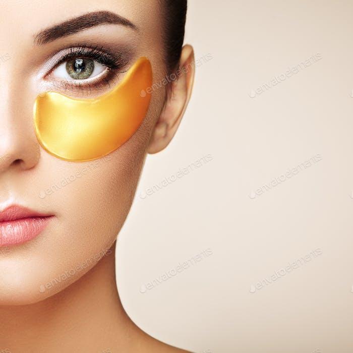 Porträt von Schönheit Frau mit Augenklappen