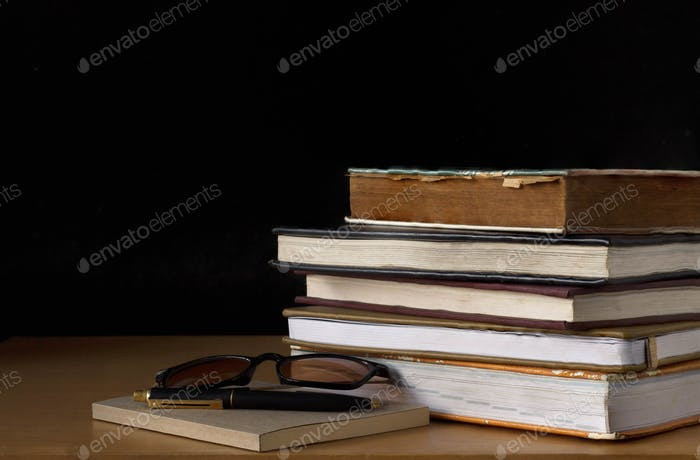 Altes Buch auf Holztisch