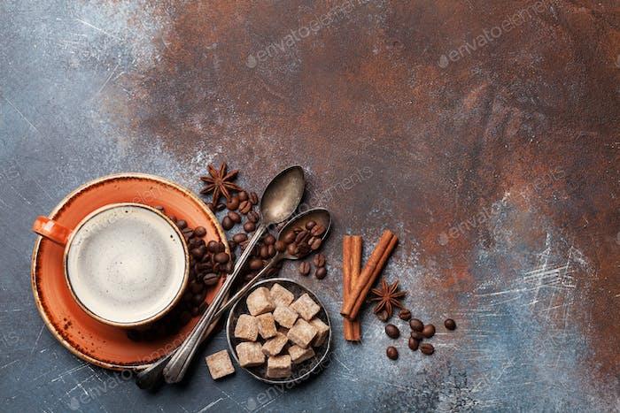 Kaffeetasse, Bohnen, Zucker und Gewürze