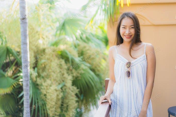 Красивая молодая азиатская женщина счастливая улыбка стиль жизни