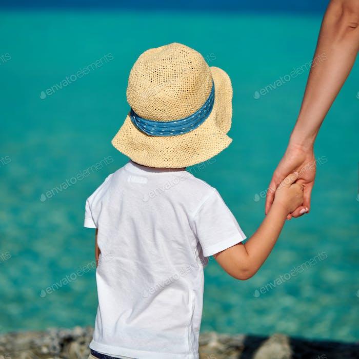 Kleinkind Junge am Strand mit Mutter