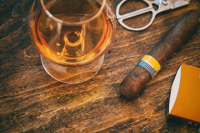 Kubanische Zigarre und Whisky auf Holzschreibtisch