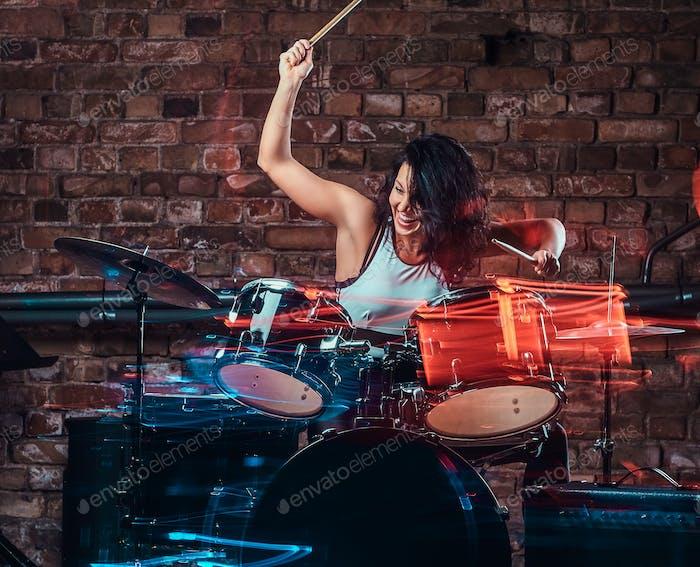Junge Mädchen Musiker spielen auf Schlagzeug und Becken. Livemusik im Nachtclub