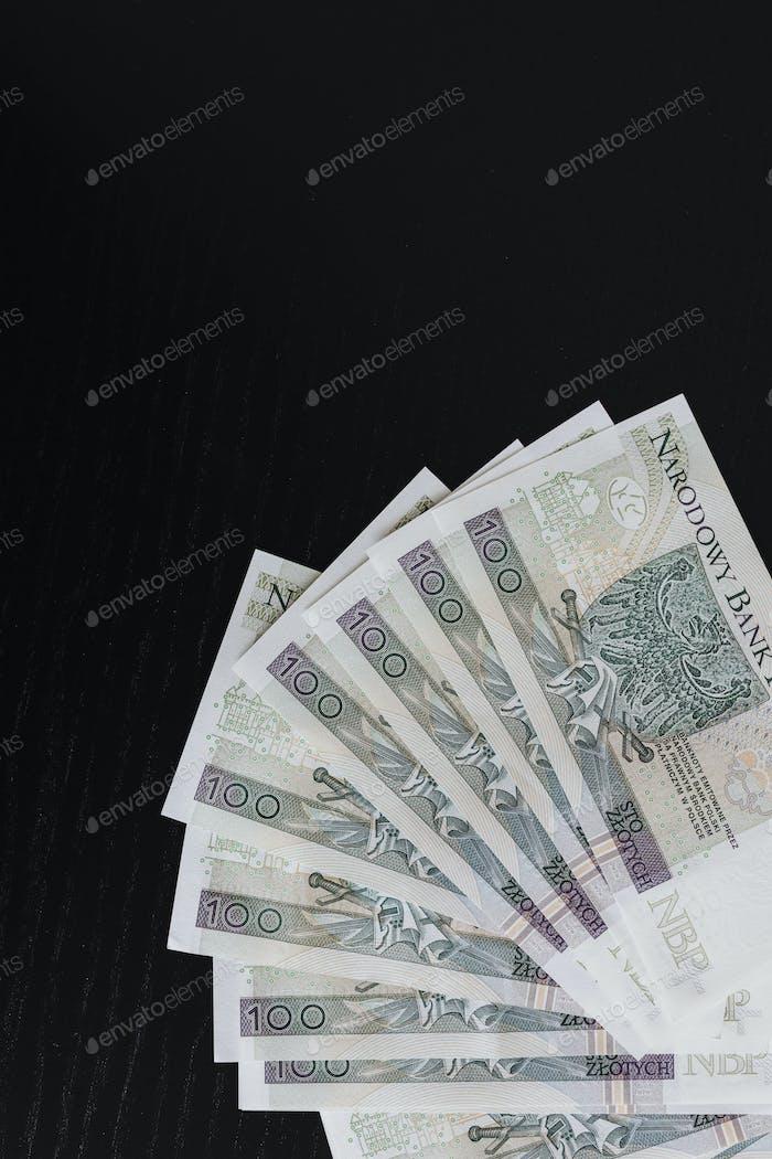 Billetes Zloty polacos sobre fondo negro