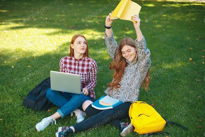 Studenten studieren im Freien auf dem Campus an der Universität