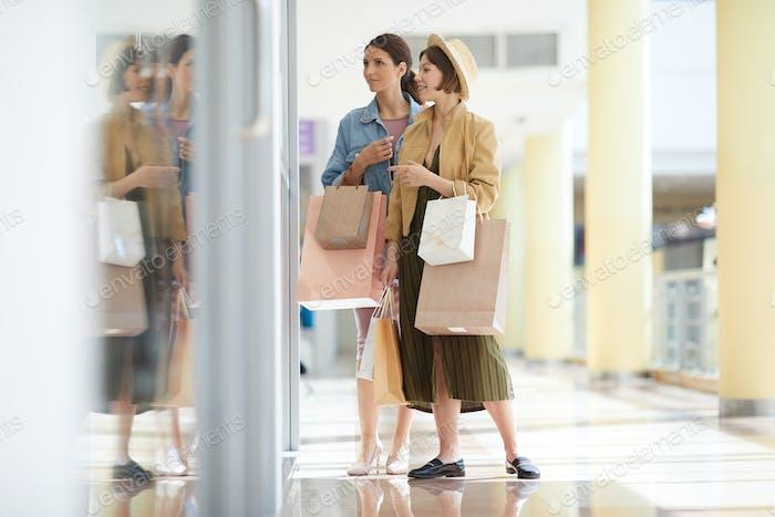 Mädchen gehen einkaufen zusammen