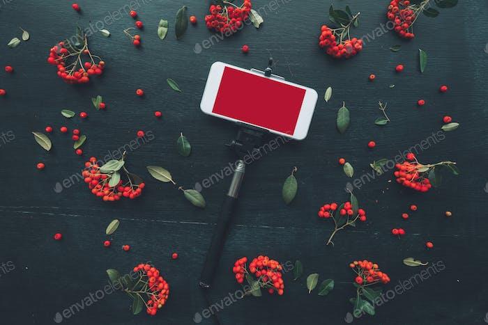 Smartphone und Selfie-Stick mock up flache Lay