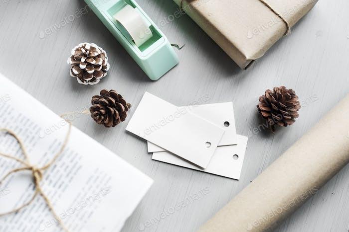 Geschenkbox mit Tannenzapfen auf Holzhintergrund