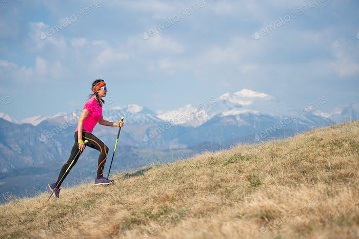 Junger Athlet läuft in den Bergen
