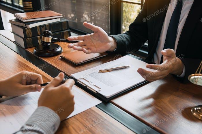 Der  Anwalt informiert über die Verhandlung des Kunden in der Anwaltskanzlei.